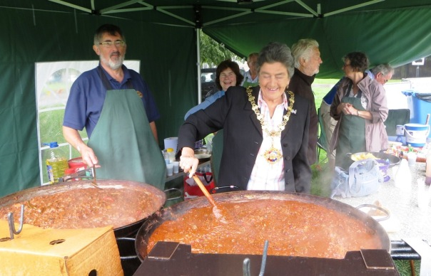 6-mayor-jane-stirs-the-chilli